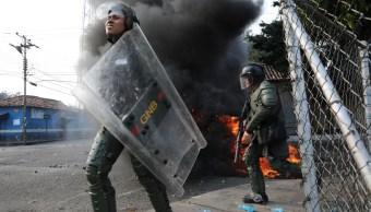Foto: Agentes la Guardia Nacional Bolivariana se enfrentan con manifestantes venezolanos, 23 febrero 2019