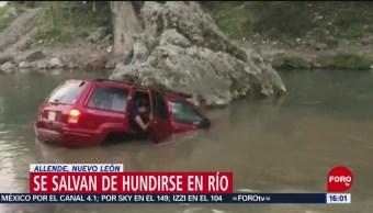 Foto: Familia abandona camioneta que se hundía