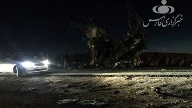 Foto: Un automóvil pasa a lado de los restos de un autobús de la Guardia Revolucionaria de Irán atacado en la carretera entre las ciudades de Zahedan y Khash el 13 de febrero del 2019