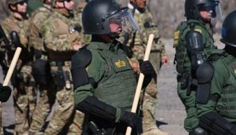 Militares y agentes de la Patrulla Fronteriza de EEUU realizan ejercicios de contención de migrantes en El Paso, Texas, el 31 de enero de 2019, Getty Images