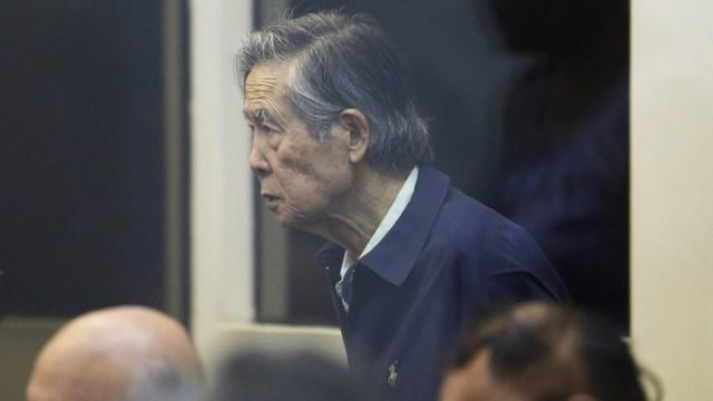 Foto: El expresidente de Perú, Alberto Fujimori, declara en un tribunal de una base militar en Callao, el jueves 15 de marzo de 2018.