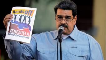 """Foto: Nicolás Maduro, presidente de Venezuela, sostiene un cartel del concierto """"Hands Off Venezuela"""" el 7 de febrero del 2019"""