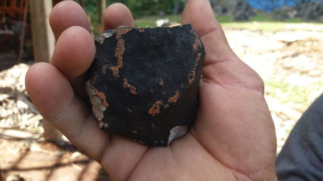 Foto: Un hombre sostiene un fragmento del supuesto meteorito que cayó en Pinar del Río, Cuba, el 1 de febrero de 2019