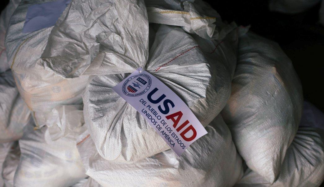 """Foto: Sacos contienen ayuda humanitaria en un almacén cerca del puente transfronterizo """"Tienditas"""" entre Colombia y Venezuela en Cúcuta el 14 de febrero de 2019"""