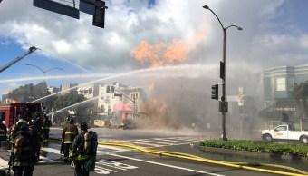 Foto: Bomberos de San Francisco trabajan para controlar el incendio de un edificio en el distrito Richmond el 6 de febrero del 2019
