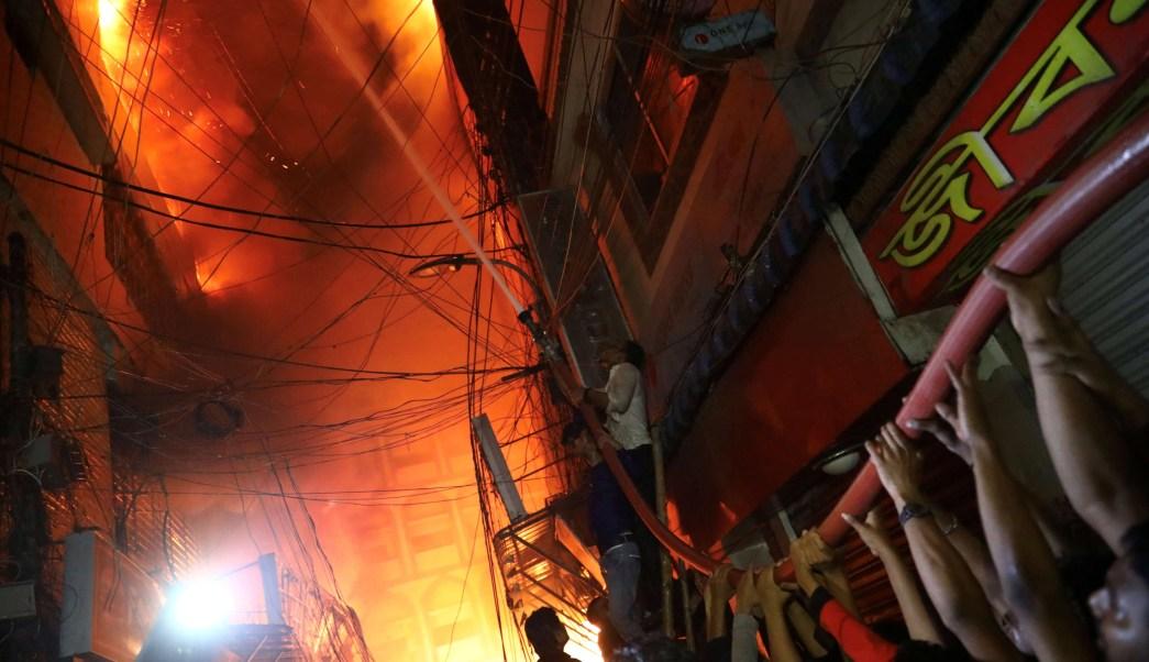 Foto: Un incendio en almacén de productos químicos consume varios edificios en Daca, Bangladesh, el 20 de febrero de 2019