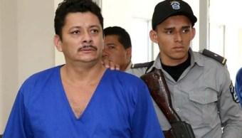 Foto: Un policía custodia al líder campesino Medardo Mairena en un tribunal de Nicaragua