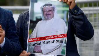 Foto: Un manifestante sostiene una imagen del periodista Jamal Khashoggi durante una protesta frente al consulado de Arabia Saudita en Estambul el 5 de octubre de 2018