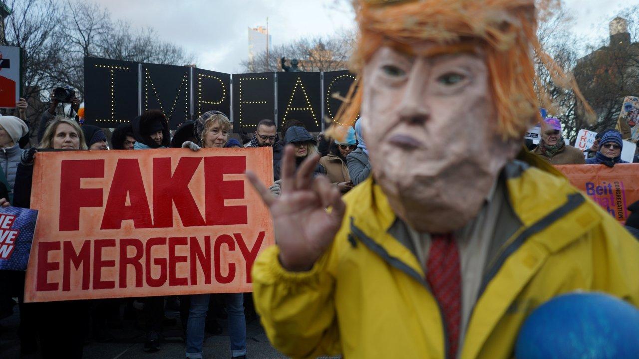 Foto: Cientos de manifestantes protestan en Nueva York, EEUU, contra la emergencia decretada por el presidente Donald Trump, el 18 de febrero de 2019