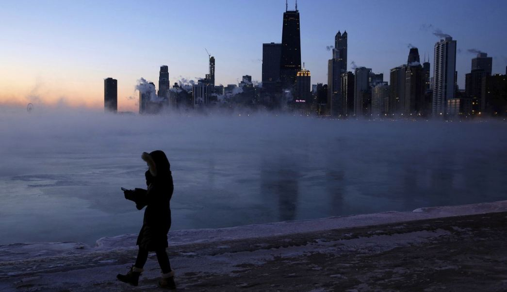 Foto: Una persona camina a lo largo de la orilla del lago en Chicago, 1 febrero 2019.
