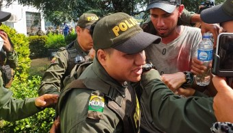 Foto: Agentes de la Policía Bolivariana son acompañados por agentes de la Policía colombiana luego de que desertaran y entraran al país en busca de ayuda.