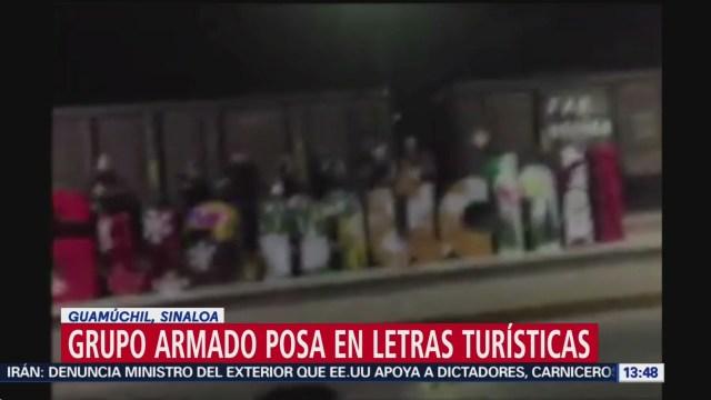 Foto: Hombres armados posan en letras turísticas de Guamúchil