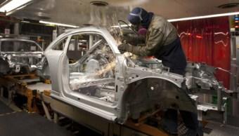Foto: Un empleado trabaja en la línea de producción de una nueva generación de automóviles en Puebla, México, febrero 11 de 2019 (Getty Images)