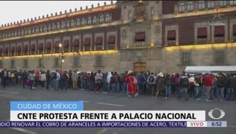 Integrantes de la CNTE protestan frente a Palacio Nacional
