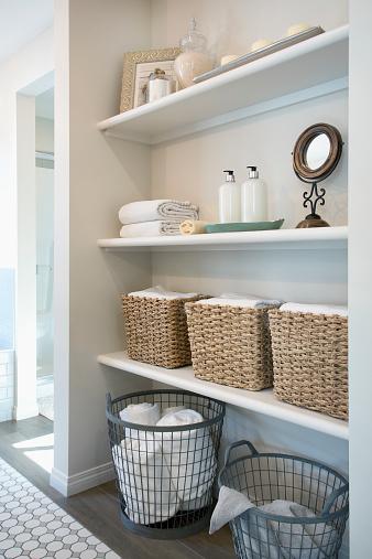 Las toallas, sábanas y otras telas están mejor resguardadas en otro cuarto, lejos de la humedad y los hongos provocados en el baño (GettyImages)