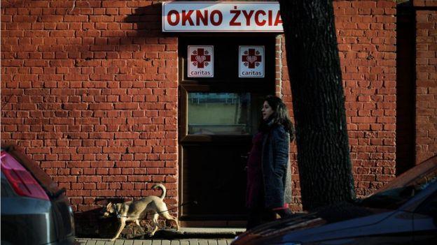Los buzones de bebés se pueden ver en diferentes países, como éste en Varsovia, la capital de Polonia (GettyImages)