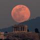 FOTO Luna de nieve vista en Atenas, Grecia; científicos revelan que la Luna orbita adentro de la atmósfera terrestre AP 19 febrero 2019 atenas