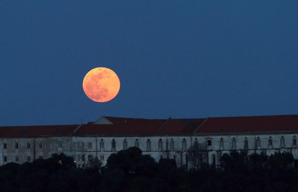 FOTO Luna de nieve vista en Portugal; científicos revelan que la Luna orbita adentro de la atmósfera terrestre (AP portugal 19 febrero 2019)