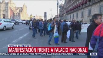 Manifestantes instalan plantón frente a Palacio Nacional
