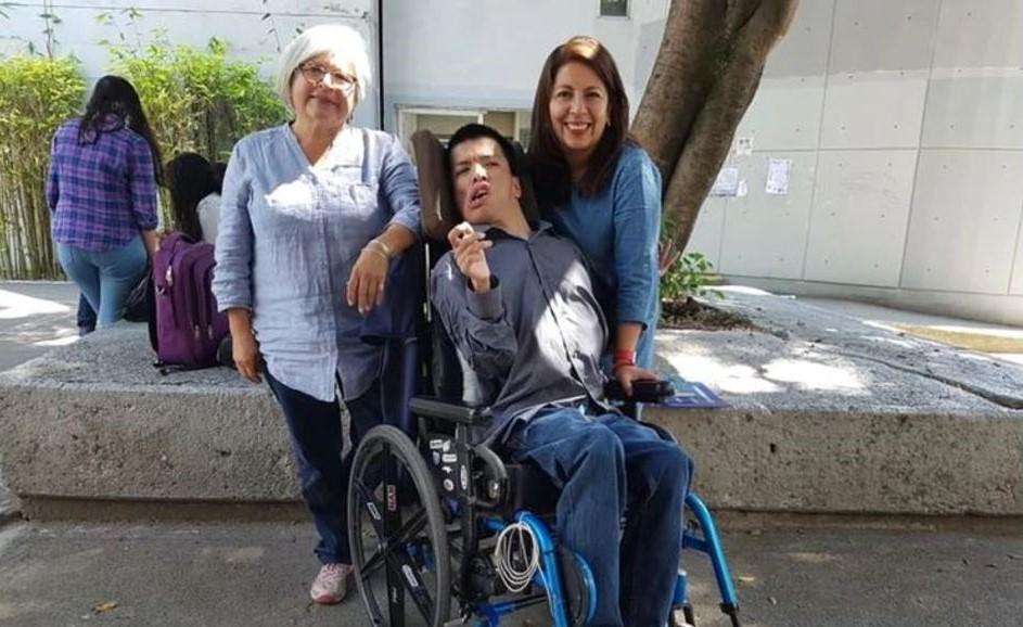Matías Alaniz Ivarez posa junto a su familia frente a las instalaciones de la UNAM en 2017 (Notimex)