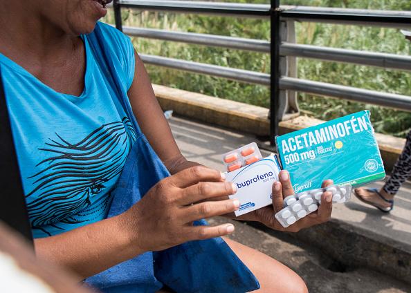 Foto: Una mujer vende analgésicos y antibióticos en Cúcuta, Colombia, cerca del Puente Internacional Simón Bolívar, en Venezuela, 15 enero 2019