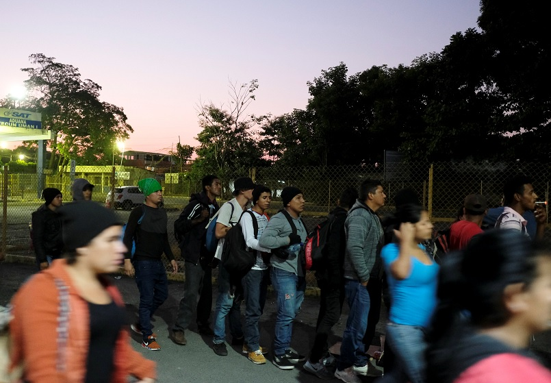 Foto: Personas, pertenecientes a una caravana de migrantes de Honduras en ruta a Estados Unidos, esperan en la entrada del puente fronterizo en Tecun Uman, Guatemala, febrero 2 de 2019 (Reuters)