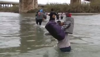 Desesperados, migrantes cruzan el Río Bravo entre México y EEUU