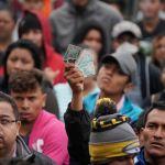 Foto: Migrantes obtienen una tarjeta de visitante por razones humanitarias que expide el Instituto Nacional de Migración, el 9 de febrero de 2019
