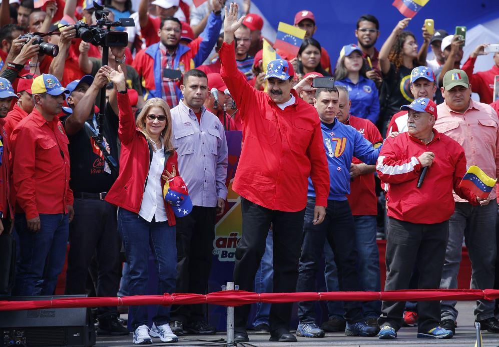 Foto: El presidente Nicolás Maduro y la primera dama, Cilia Flores, saludan a sus partidarios durante un mitin en Caracas, Venezuela, 2 febrero 2019