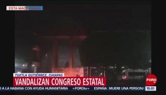 Foto: Normalistas vandalizan Congreso de Chiapas