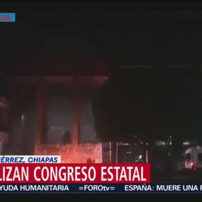 Normalistas vandalizan Congreso de Chiapas