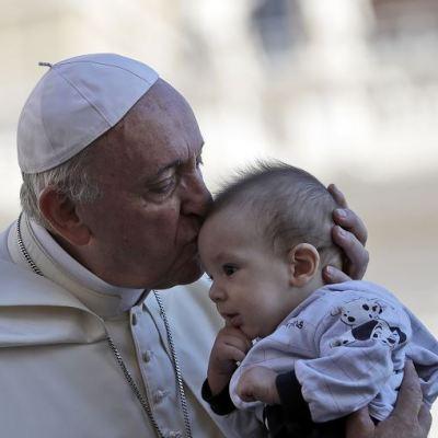 Papa rechaza el aborto y pide a políticos priorizar 'defensa de la vida'