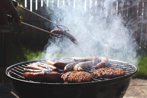 Respirar cerca de una parrilla con carne asada, debido a las grasas, es más dañino que pararse en una calle con tránsito pesado en el centro de Londres (GettyImages)