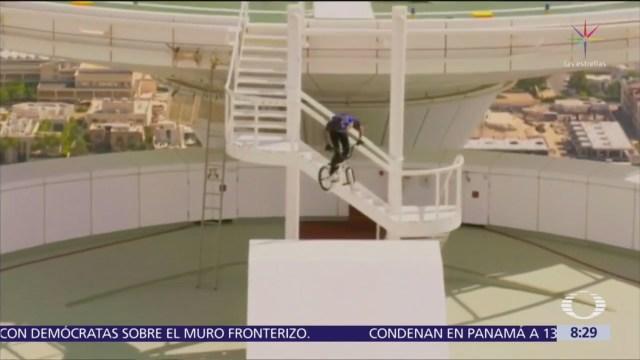 Se avienta en bicicleta al helipuerto de hotel en Dubai