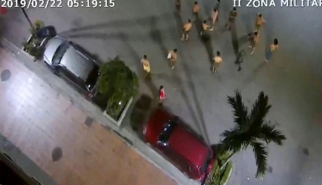 fOTO: Un grupo de personas que sale a la calle tras un sismo en Guayaquil, Ecuador, 22 febrero 2019