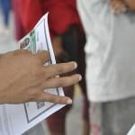 Foto: Entrega de tarjetas de Visitante por Razones Humanitarias, 5 de febrero 2019. Twitter @INAMI_mx