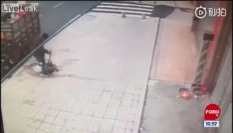 Todo Pasa En China: Regó toda la basura en la calle