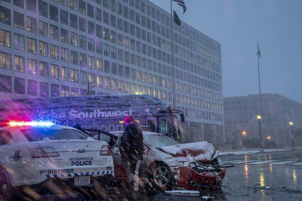 Foto: La policía auxilia en un accidente múltiple de vehículos en Washington provocado por la tormenta invernal, 20 febrero 2019