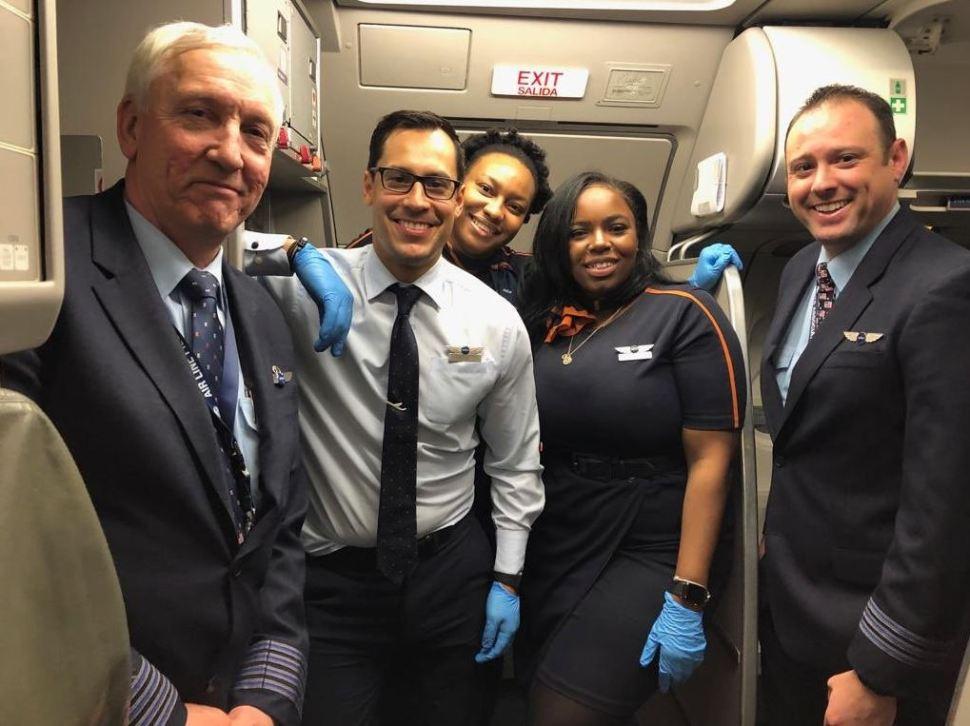 """Foto: La tripulación que atendio a la mujer a bordo. del avión JetBlue llamado """"Born to be Blue"""", 17 febrero 2019"""