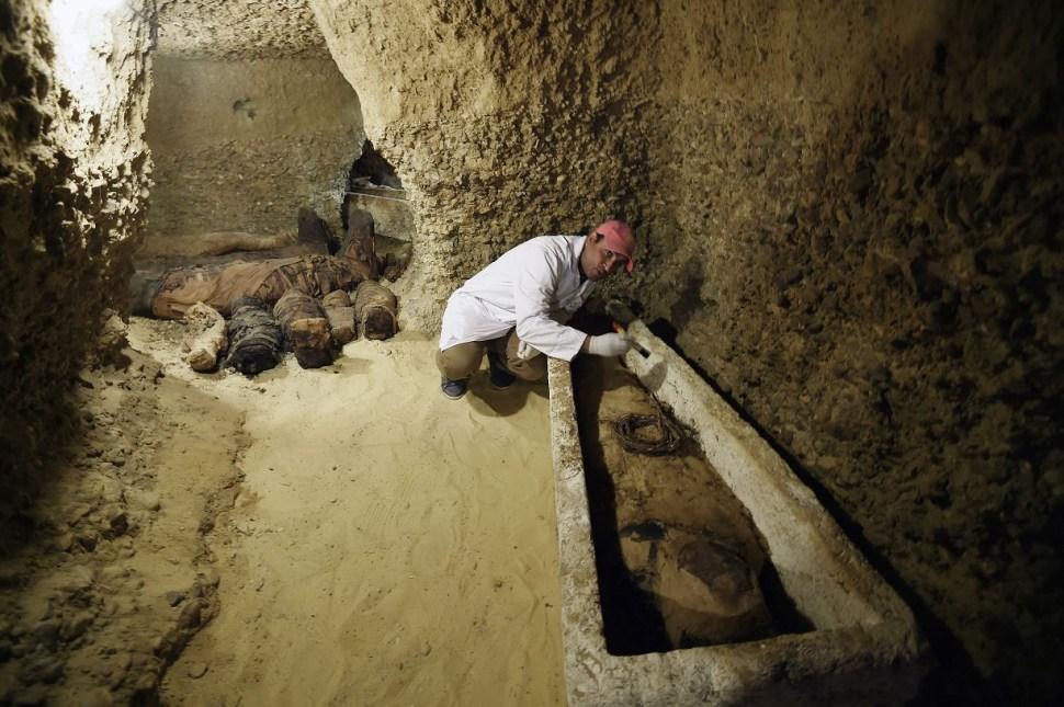 Foto: Un arqueólogo trabaja en una momia en el sitio arqueológico de Tuna el-Gebel en Minya, Egipto, 3 febrero 2019