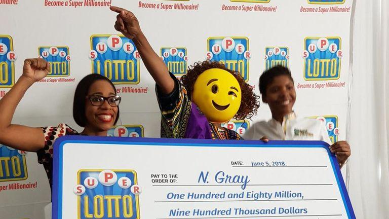 Una mujer identificada como N. Gray acudió a recoger su premio con una máscara de emoji 'guiño' en 2017 (SkyNews)