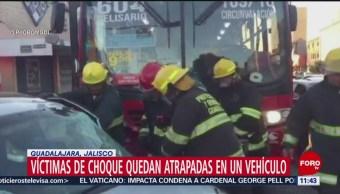 Víctimas de choque quedan atrapadas en vehículo en Guadalajara, Jalisco