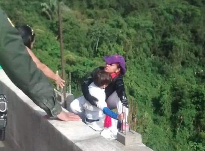 Foto: Una mujer se lanza del puente La Variante, en Tolima, Colombia, el 6 de febrero de 2019