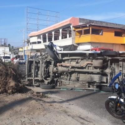 Volcadura de camioneta del servicio público deja 10 heridos en Acapulco
