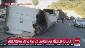 Vuelca tráiler con agua en carretera México-Toluca