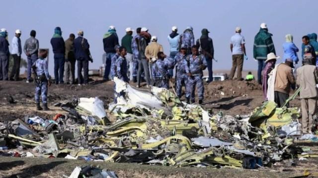 Foto: Miembros de la policía federal de Etiopía vigilan la escena del accidente del vuelo ET 302 de Ethiopian Airlines, cerca del pueblo de Bishoftu, marzo 16 de 2019 (Reuters)