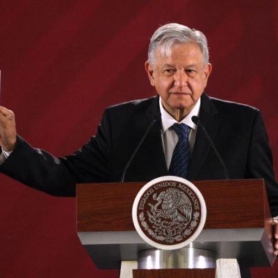 AMLO firma compromiso de que no se reelegirá en 2024