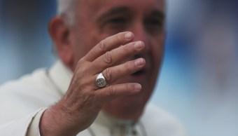 Foto: El papa Francisco saluda a los fieles reunidos en una misa celebrada al aire libre, 28 marzo 2019