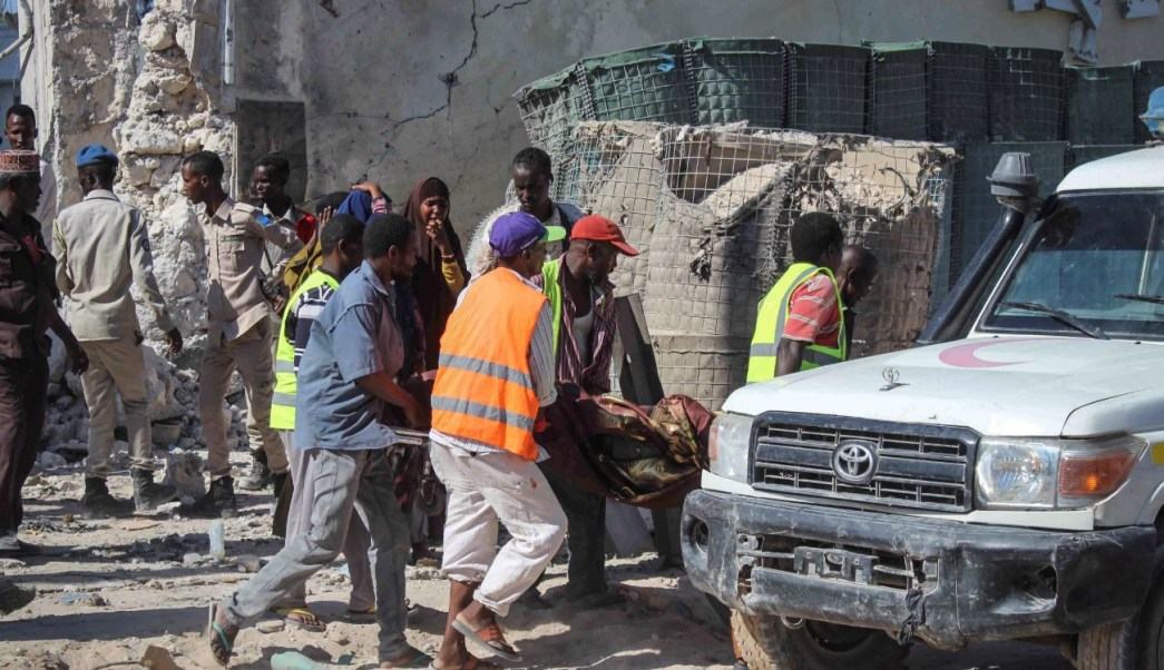 Foto: La gente lleva el cuerpo de una víctima en una camilla en el último ataque reclamado por el grupo militante islamista al-Shabab en Mogadiscio, marzo 23 de 2019 (Efe)