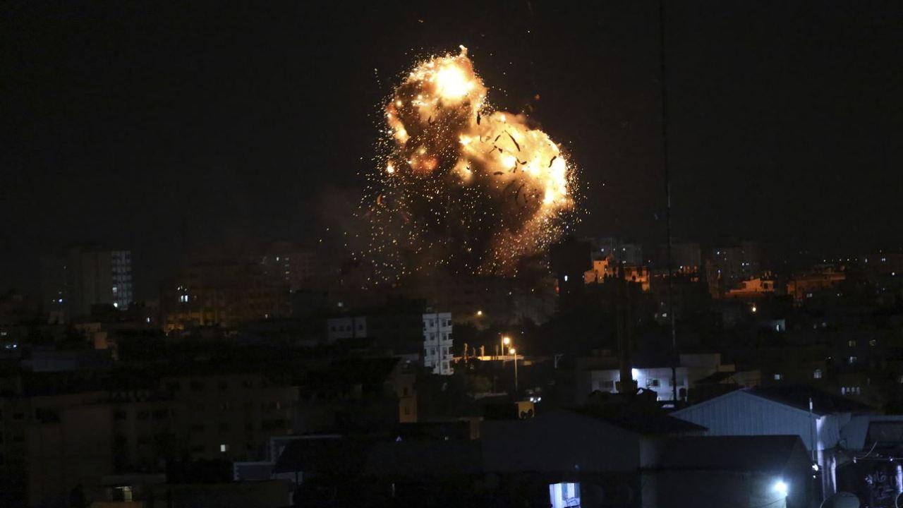 Foto: Una explosión causada por ataques aéreos israelíes en un puesto islamista de Hamas en Gaza, 2 marzo 2019
